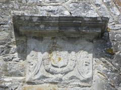Ancienne collégiale, actuellement église Sainte-Marie-Madeleine - Armes à gauche de la fenêtre de la chapelle d'Espinay de la collégiale Sainte-Madeleine de Champeaux (35).