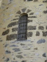 Château, actuellement mairie - Extérieur de la chapelle Sainte-Marie-Madeleine du château de Châteaugiron (35). Fenêtre romane du chœur.