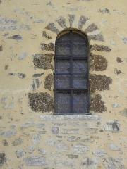 Château, actuellement mairie - Extérieur de la chapelle Sainte-Marie-Madeleine du château de Châteaugiron (35). Fenêtre romane de la costale nord du chœur.