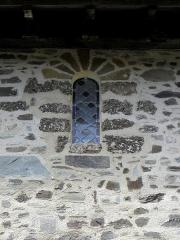 Château, actuellement mairie - Extérieur de la chapelle Sainte-Marie-Madeleine du château de Châteaugiron (35). Fenêtre romane de la costale sud de la nef.
