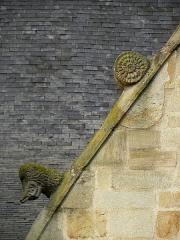 Eglise Saint-Melaine - Français:   Façade sud de l\'église Saint-Melaine de Domalain (35). 2ème chapelle. Pignon. Rampant gauche. Détail. Partie basse.