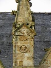 Eglise Saint-Melaine - Façade sud de l'église Saint-Melaine de Domalain (35). 6ème contrefort. Base du pinacle.