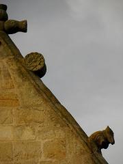 Eglise Saint-Melaine - Français:   Façade sud de l\'église Saint-Melaine de Domalain (35). 2ème chapelle. Pignon. Rampant gauche. Détail. Partie haute.