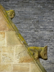 Eglise Saint-Melaine - Façade sud de l'église Saint-Melaine de Domalain (35). 2ème chapelle. Pignon. Rampant gauche. Détail. Partie basse.