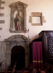 Eglise Saint-Martin - Intérieur de l'église Saint-Martin de Fleurigné (35). Croisillon sud.Statue de Saint-Joseph et porte de la sacristie.