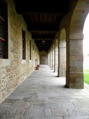 Ancien couvent des Religieuses Urbanistes - Couvent des Clarisses Urbanistes de Fougères (35). Cloître. Aile ouest.