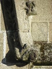 Eglise Saint-Sulpice - 5ème contrefort de la façade nord de l'église Saint-Sulpice de Fougères (35). Moine du prieuré de la Trinité figuré avec des oreilles d'âne.