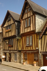 Maison - This building is indexed in the Base Mérimée, a database of architectural heritage maintained by the French Ministry of Culture,under the reference PA00090567 .