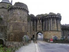 Anciens remparts Sud et Ouest - Porte Notre-Dame à Fougères, Ille-et-Vilaine.