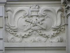 Théâtre municipal - Attributs de la Tragédie. Cartouche supérieur gauche du corps de façade. Détail de la façade principale du Théâtre Victor Hugo à Fougères (35).