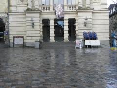 Théâtre municipal - Soubassement. Détail de la façade principale du Théâtre Victor Hugo à Fougères (35).