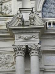 Théâtre municipal - Colonnes et chapiteaux corinthiens de l'étage noble. Détail de la façade principale du Théâtre Victor Hugo à Fougères (35).