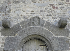 Eglise Saint-Exupère - Église Saint-Exupère de Gahard (35). Buste d'évêque sculpté dans le linteau de la porte du collatéral gauche.