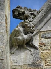 Eglise Saint-Sulpice - Façade sud de l'église Saint-Sulpice de Gennes-sur-Seiche (35). Élément sculpté à la base du rampant gauche du pignon de la deuxième chapelle.