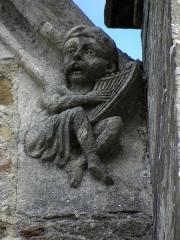 Eglise Saint-Sulpice - Façade sud de l'église Saint-Sulpice de Gennes-sur-Seiche (35). Élément sculpté à la base du rampant droit du pignon de la cinquième chapelle.