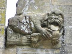 Eglise Notre-Dame - Élément sculpté orant la base du rampant gauche du pignon de la 3ème chapelle du collatéral sud de la basilique Notre-Dame de La Guerche-de-Bretagne (35).