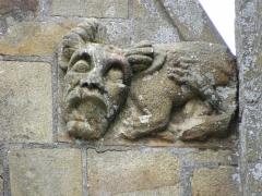 Eglise Notre-Dame - Élément sculpté ornant la base du rampant droit du pignon de la 4ème chapelle du collatéral sud de la basilique Notre-Dame de La Guerche-de-Bretagne (35).
