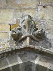 Eglise Notre-Dame - Élément sculpté ornant l'archivolte de la fenêtre de la 2ème chapelle du collatéral sud de la basilique Notre-Dame de La Guerche-de-Bretagne (35).