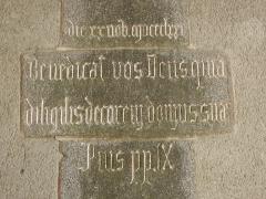 Eglise Notre-Dame - Façade occidentale de la basilique Notre-Dame-de-l'Assomption de La Guerche-de-Bretagne (35). Intérieur du porche de la tour-clocher. Inscription.
