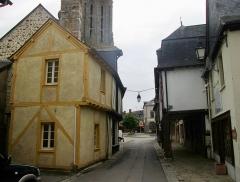 Maisons - Français:   Vieilles maisons La Guerche, rue du Cheval-Blanc: n°10 à gauche, n°7 et 9 à droite
