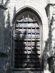 Eglise Saint-Ouen - Église Saint-Ouen des Iffs (35). Grille ouvragée de la fenêtre orientale de la chapelle Saint-Yves.