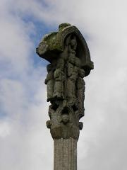 Croix de cimetière - Français:   Croix du cimetière de Médréac (35). Face ouest. Vierge à l\'Enfant entre Saint-Jean-l\'Évangéliste et Saint-Pierre.