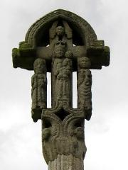 Croix de cimetière - Français:   Croix du cimetière de Médréac (35). Face ouest. Vierge à l\'Enfant entre saint Jean l\'Évangéliste et saint Pierre.