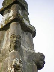 Eglise Saint-Martin - Français:   Deuxième contrefort de la façade sud de l\'église Saint-Martin de Moutiers (35). Détail du pinacle. Têtes sculptées.