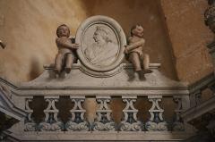 Ancienne abbaye - Intérieur de l'abbatiale Notre-Dame de Paimpont (35). Croisillon sud. Autel et retable du Rosaire.