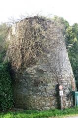 Château du Bois-Glaume - Français:   Tour d\'entrée du château du Bois-Glaume à Poligné.