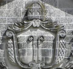Ancienne abbaye Saint-Sauveur - Armes de l'Abbaye Saint-Sauveur de Redon au fronton de la façade occidentale de l'abbatiale Saint-Sauveur de Redon (35).