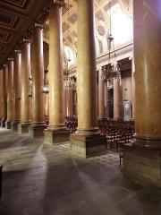 Cathédrale Saint-Pierre - Nef centrale et collatéral sud de la cathédrale métropolitaine Saint-Pierre de Rennes (35) vus du collatéral nord.