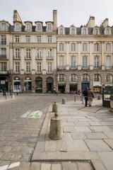 Immeuble - Français:  Façades des immeubles aux 3 (à droite sur l'image) et 4 (à gauche) place du parlement de Bretagne à Rennes (France).