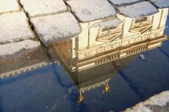 Palais de Justice - reflet du Parlement de Bretagne dans une flaque sur la Place du Parlement de Bretagne, Rennes
