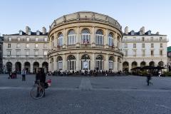 Théâtre et immeubles dits Galeries du Théâtre - Français:  La façade ouest de l'opéra de Rennes à la tombée du jour, pendant le festival Transat en ville.