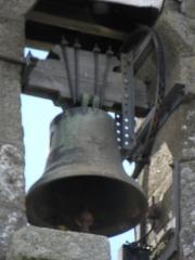 Eglise Saint-Georges - Extérieur de l'église Saint-Georges de Saint-Georges-de-Gréhaigne (35). Clocher-peigne vu de l'est. Petite cloche.