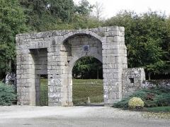 Château de la Haye, ou la Haye-Saint-Hilaire - Portail d'entrée du château de La Haye en Saint-Hilaire-des-Landes (35).
