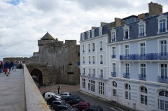 Château et fortifications - English: Birthplace of the writer  Chateaubriand, and the gate of the ramparts overlooking the entrance of the tourist office of Saint-Malo