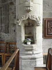 Eglise Saint-Pierre - Intérieur de l'église Saint-Pierre et Saint-Firmin de Saint-Pierre-de-Plesguen (35). Crédence lavabo du croisillon sud.