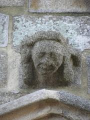Eglise Saint-Suliac et cimetière - Porche de l'église de Saint-Suliac (35). Culot ornant le pignon.
