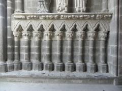 Eglise Saint-Suliac et cimetière - Porche de l'église de Saint-Suliac (35).