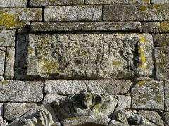 Eglise Saint-Martin - Façade occidentale de l'église prieurale Saint-Martin de Tremblay (35). Armes bûchées sommant la porte du collatéral nord.