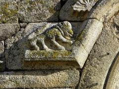 Eglise Saint-Martin - Façade occidentale de l'église prieurale Saint-Martin de Tremblay (35). Détail de l'archivolte de la porte du collatéral nord.
