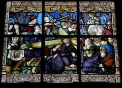 Eglise Saint-Pierre - Le Portement de Croix. Vitrail de la Passion de l'église Saint-Pierre de Visseiche (35).