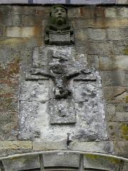 Eglise Saint-Pierre - Façade ouest de l'église Saint-Pierre de Visseiche (35). Détail. Tête anthropomorphe et Christ en Croix sommant le portail principal.