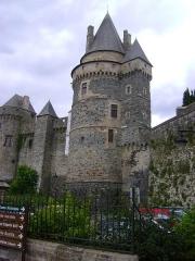 Château - Le Château des barons de Vitré (Ille-et-Vilaine) vue de la Rue Rallon. Au 1er plan: la Tour Saint-Laurent. Au 2d plan: la Tour de l'Artillerie.