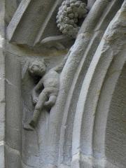 Eglise Notre-Dame - 3ème chapelle de la façade sud de l'église Notre-Dame de Vitré (35). Arc de la porte du milieu. Détail sculpté.