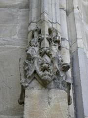 Eglise Notre-Dame - 3ème chapelle de la façade sud de l'église Notre-Dame de Vitré (35). Pinacle gauche de la porte du milieu. Détail.
