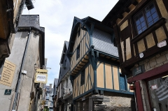 Maison - English: The houses located at 21 and 19 Baudrairie street in Vitré in the department of Ille-et-Vilaine, France. The first bulding at right located at 21 rue Baudrairie is registred as a historical monument by the French Ministry of Culture.