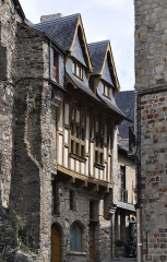 Maison - English: The medieval house located at 30 rue d'Embas in Vitré in the department of Ille-et-Vilaine,  France. The building is registered as a historical monument by the French Ministry of Culture.